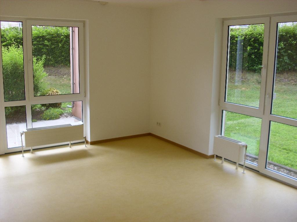 wohnzimmer einer 3 zimmer wohnung mit terrasse haus lebensform. Black Bedroom Furniture Sets. Home Design Ideas